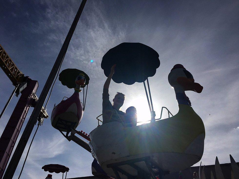 Obrazem:  Když má svátek Jiří, Mořkov žije poutíMořkov – Pouťové veselí tradičně na konci dubna ovládlo obec Mořkov na Novojičínsku. Na oblíbenou akci dorazí každým rokem mnoho návštěvníků z řad místních i přespolních a letos jim na dobré náladě přidalo i