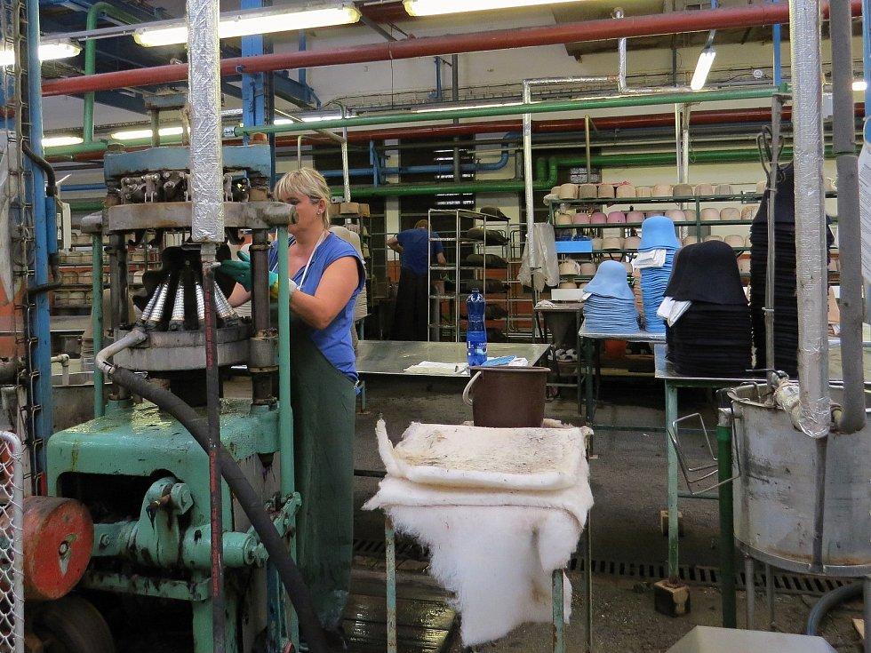 Kloboučnické továrny vlastněné rodinou Hückelových.