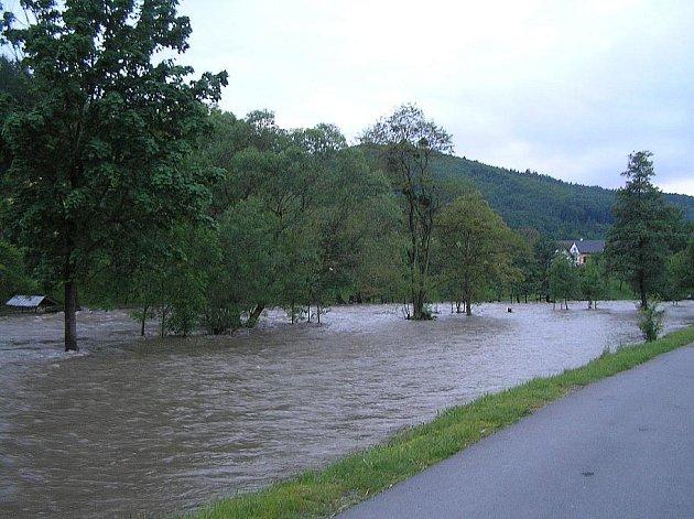 Povodňová vlna ve středu, 2. června, večer zalila velkou část Louček u Oder.