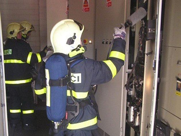 Hořící rozvaděč uhasili hasiči ručními přístroji.