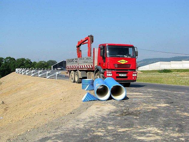 Přivaděč na dálnici v Mankovicích je před dokončením. Za několik týdnů by na něm již měl být běžný provoz.