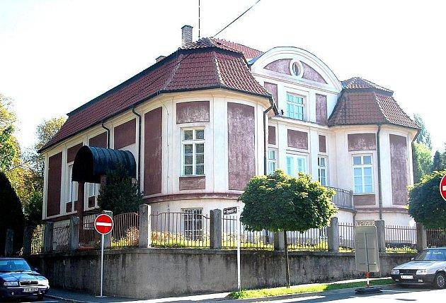 Oba snímky zachycují vilu Dr. Perla z tehdejších ulicí Prorokovy a Růžičkovy, dnes ulic Slovanská a Jiráskova.