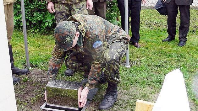 Suchdolští historikové uložili pozůstatky ruského letce k památníku v Bělotíně.