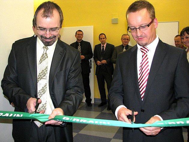 Martin Rais (vlevo) při slavnostním přestřižení pásky k nové dialýze v bílovecké nemocnici.
