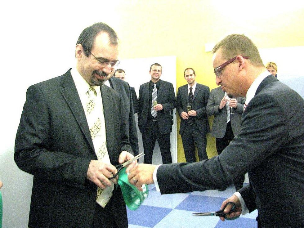 Slavnostní přestřižení pásky k nové dialýze se chopili ředitel nemocnice Martin Rais a jednatel společnosti B. Braun Avitum Martin Kuncek.