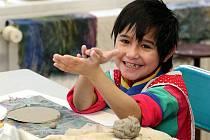 Zaměstnanci dětských domovů se všemožně snaží dětem nahradit fungující domov. Nechybí ani zájmová činnost pro děti.