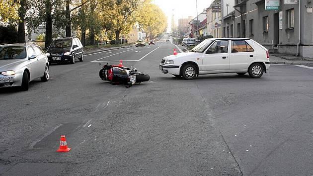 Dvaapadesátiletý řidič odbočoval z vedlejší ulice Svatopluka Čecha, ze směru od centra, na ulici Suvorovova směrem k Autopalu. Ovšem od města jel motorkář, který i přes intenzivní brzdění nedokázal stroj Suzuki ubrzdit.