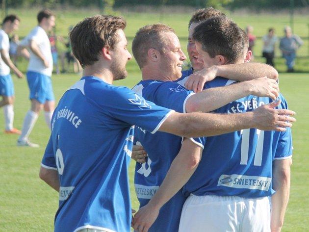 Fotbalisté Veřovic (uprostřed kapitán Radim Košelík) vyhráli pátý z šesti zápasů v sezoně a ze druhého místa nadále nahánějí suverénní Fulnek.