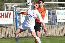 Ostravský Petr Čoupek si kryje míč před fulneckým Michalem Vyskočilem. Po vystřídání obou z trávníku dokázali domácí zvrátit téměř prohraný zápas.