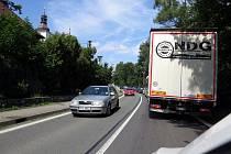 V dopravní špičce špičce se ve Vlčovicích v létě běžně tvořily dlouhé kolony.