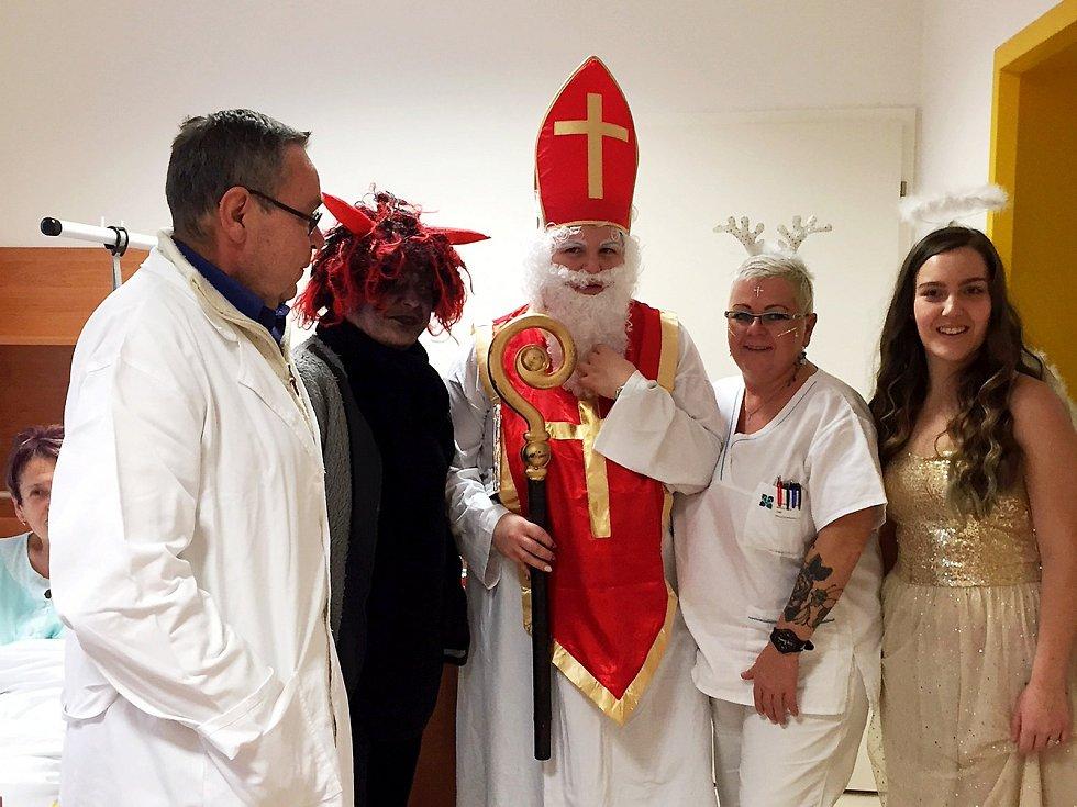 Úsměv na tváři vyčaroval Mikuláš se svou družinou u pacientů na Oddělení následné péče Bílovecké nemocnice. S sebou přinesl nadílku v podobě mikulášských balíčků s ovocem a dalšími dobrotami.