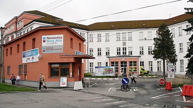 Vjezd do novojičínské nemocnice i výjezd z ní nyní zabezpečují funkční závory.