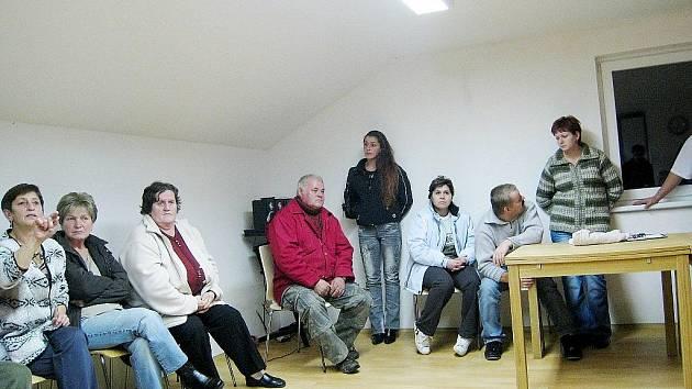Obyvatelé Veselí, místní části Oder, zvednutím ruky vyjádřili nesouhlas s výstavbou tří nových větrných elektráren nedaleko jejich obydlí.