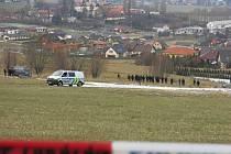 Policie při ohledání místa, kde bylo tělo dívky nalezeno.