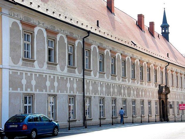 Piaristický klášter v centru Příbora se během století téměř nezměnil. Dokládá to historická fotografie, přibližně z roku 1925, kdy byl objekt učitelských ústavem.