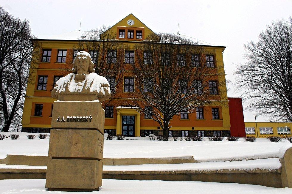 Před suchdolskou základní školou stojí socha Jana Amose Komenského.