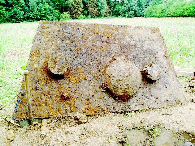 Část nalezeného sovětského tanku u Pustějova.