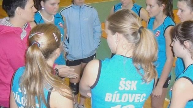 Trenérka bíloveckých juniorek Markéta Kudělová (vlevo) udílí pokyny svým svěřenkyním.
