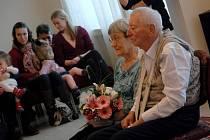 ANO si manželé Brožovi řekli po šedesáti letech 23. ledna ve svatební síni novojičínské radnice přesně v 11:10 hodin. Zástup gratulantů tvořila rodina, která oslavu zorganizovala.