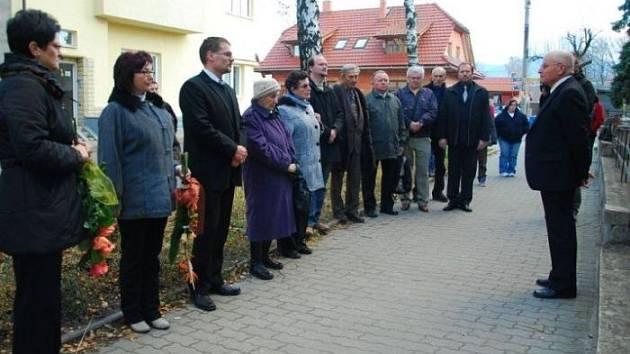 V sobotu 17. listopadu odhalili ve Frenštátě pod Radhoštěm pamětní desku Záviše Kalandry. Letos je to 110 let od narození tohoto frenštátského rodáka, který byl popraven v procesu s Miladou Horákovou 27. června 1950.