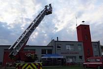 Nový žebřík fulnečtí hasiči hned vyzkoušeli.