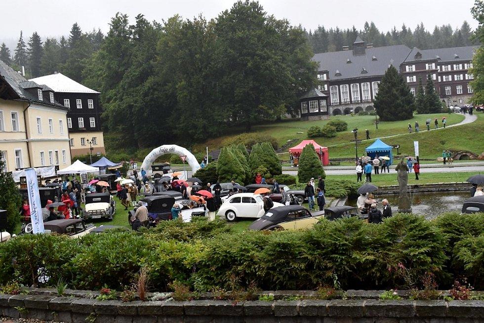 Účastníci jízdy veteránů Trofeo Nike se setkali také se šestinásobným vítězem dakarské rallye Karlem Lopraisem.