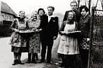 Svatební koláče pro ženicha a nevěstu v roce 1965. První zleva na snímku je Antonie Horáková.