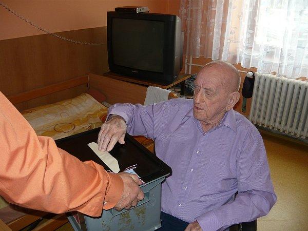 Členové volební komise navštívili spřenosnou volební urnou paní Marii Vavříkovou a po chvíli také pana Bohdana Chvátala. Oba století občané se na volby náležitě připravovali.