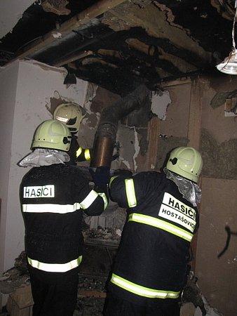 Pravděpodobně závada na krbových kamnech byla příčinou požáru rodinného domu vHostašovicích. Díky včasnému zásahu hasičů se však podařilo minimalizovat škodu a ochránit rodinný dům.
