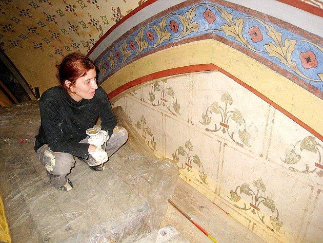 Restaurátorka Renata Svobodová při restaurování fresek v kopřivnickém kostele svatého Bartoloměje.