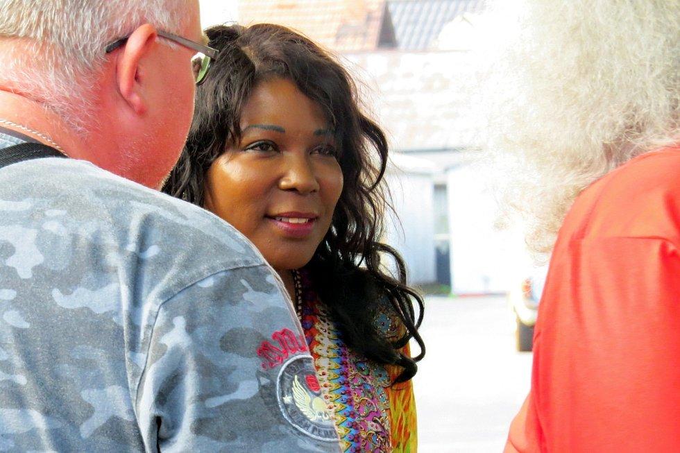 Koncert pod kaštanem v Sedlnicích zahájila zpěvačka Joyce Hurley s Joe After Triem.