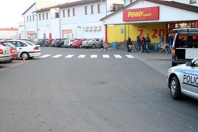 Řidič srazil seniorku přímo před vchodem do Penny Marketu v Příboře. I když za ním běžel svědek události, nezastavil a z místa nehody ujel.
