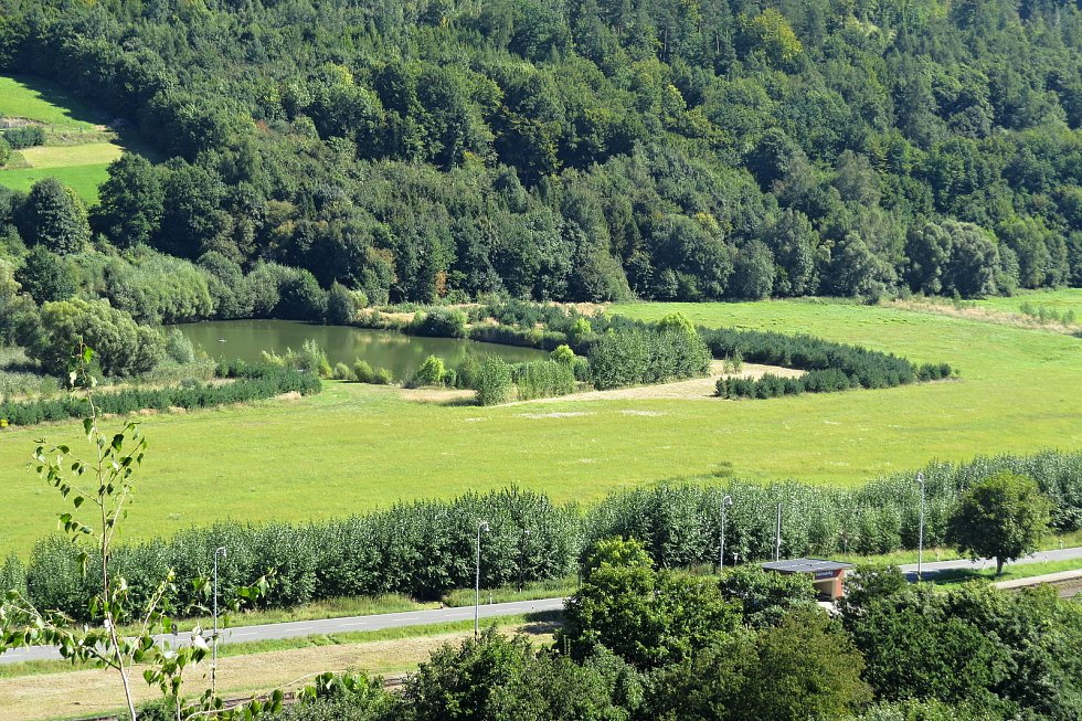 Heřmánky jsou malebná obec v údolí mezi kopci.