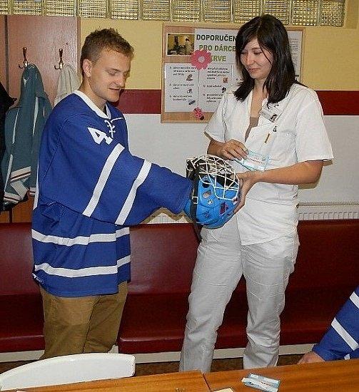 Druholigoví hokejisté Nového Jičína, včele sodchovancem klubu a třineckým Ocelářem Davidem Květoněm, hromadně darovali krev na Transfuzním oddělení Nemocnice Nový Jičín.