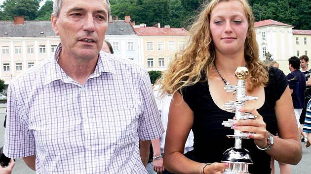 Jiří Kvita po semifinálovém zápase veřil, že jeho dcera Petra wimbledonské finále vyhraje. Na snímku je s Petrou v rodném Fulneku necelý měsíc před finále.