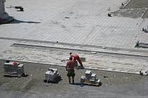 """Stavební práce na Masarykově náměstí v Novém Jičíně jsou v plném proudu. Značná část plochy náměstí již dostala nový """"koberec""""."""