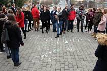 Více než čtyři desítky studentů Gymnázia Nový Jičín vyšly manifestačně stávkovat před školu.