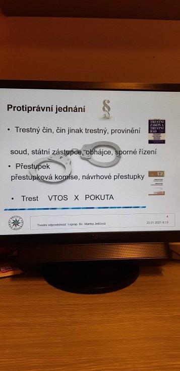 Přednášku policistů a téma Trestní odpovědnost dali novojičínští gymnazisté online.