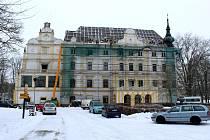 Bartošovický zámek zakrylo lešení v průběhu prosince. Práce na opravě střechy budou probíhat do května.