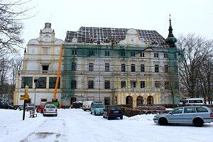 Děravá střecha zámku bude minulostí