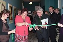 Slavnoního otevření zbrusu nových muzejních expozic na zámku v Bartošovicích se ujala starostak obce Kateřina Křenková.