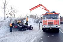Řidič volva převrátil své vozidlo na silnici nedaleko Starého Jičína.