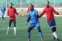 DIVIZNÍ fotbalisté Nového Jičína (zleva v červeném Pavel Macíček a Ondřej Malina), kteříporazili na úvod přípravytřetiligové Otrokovice, se utkali s Vítkovicemi také v loňské zimní přípravě.