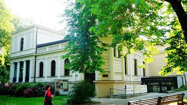 K těm nejkrásnějším historickým objektům v Kopřivnici patří Šustalova vila.