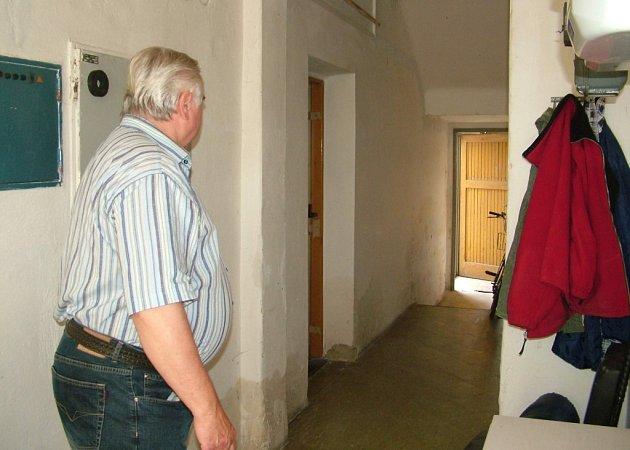 Jan Šťastný míří ke dveřím (vlevo), za nimiž ležela několik let mrtvola.