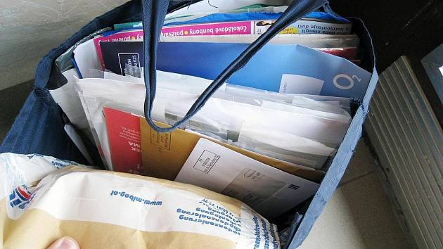 Další problém nyní musejí řešit na poště v Příboře. Po nespokojených zaměstnancích a změně pracovní doby se vedení České pošty zabývá taškami se zásilkami, které si doručovatelky vyzvedávají ve vchodech určených domů.