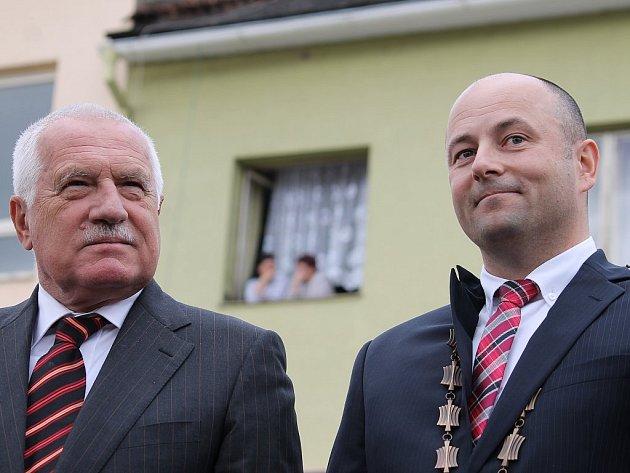 Václav Klaus při své návštěvě Bílovce k překvapení mnohých sdělil, že se starostou Petrem Klimkem (vpravo) hrával často tenis.