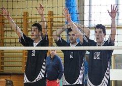 Hrající trenér novojičínských volejbalistů Jakub Karásek (vpravo) svému mladému týmu věří.