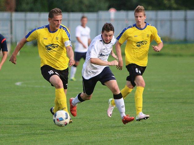 Bílovečtí fotbalisté (ve žlutém) si o víkendu připsali třetí výhru v řadě.