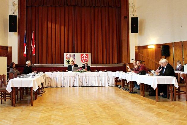 Dosavadní starosta Bílovce Pavel Mrva (na snímku uprostřed nalevo) musel ustavující zasedání zastupitelstva ukončit kvůli nedostatečnému počtu přítomných zastupitelů.